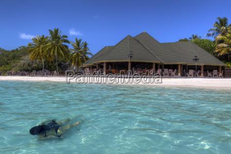 asia maldivas mujer joven nadando en