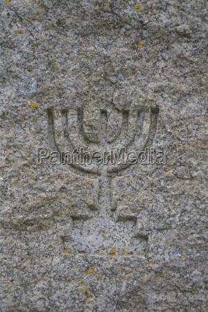 simbolo de israelitas tallado en granito