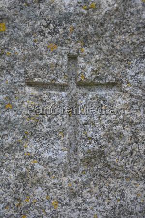 simbolo del cristianismo tallado en granito