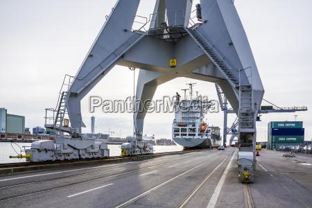 trafico barco de contenedores suecia muelle