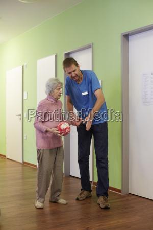 enfermera geriatrica hablando con la edad