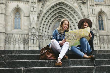 espanya barcelona dos mujeres jovenes felices
