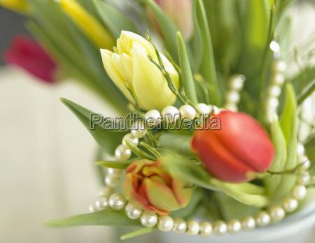 collar de perlas con tulipanes amarillos