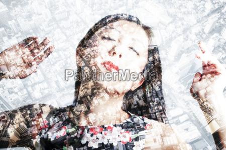mujer asiatica con los ojos cerrados
