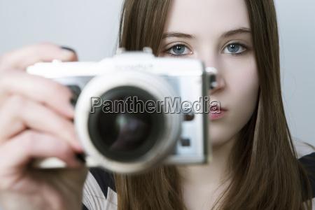 retrato de chica adolescente sosteniendo la