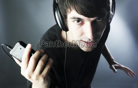 alemania colonia hombre joven con auriculares