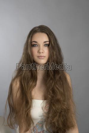 retrato de adolescente con el pelo