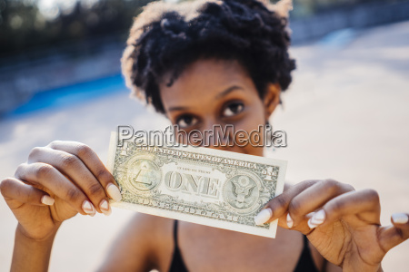 mujer que muestra un billete de