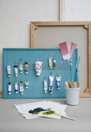 pinboard cepillos tubos de pintura carta