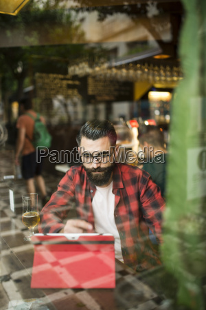adulto barbudo estilo hipster hombre tocando