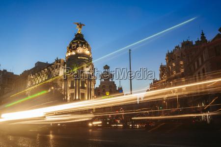 ciudad metropoli noche tarde trafico por