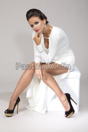 mujer vistiendo vestido blanco estudio shot