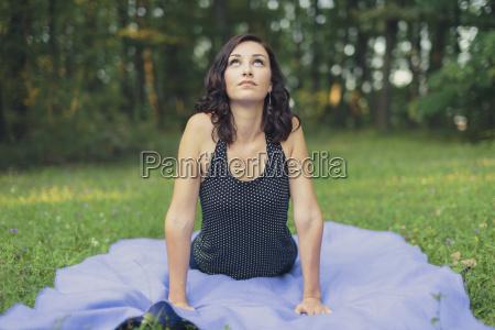 croacia mujer practicando yoga en el