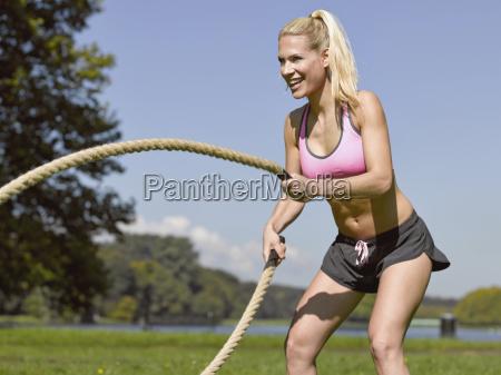 alemania mujer joven haciendo deportes con