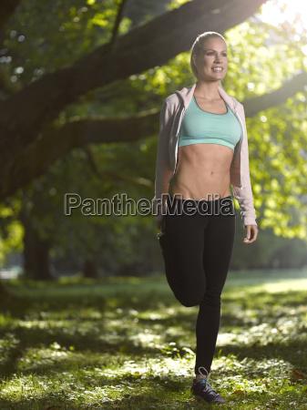 alemania mujer atletica joven haciendo deportes