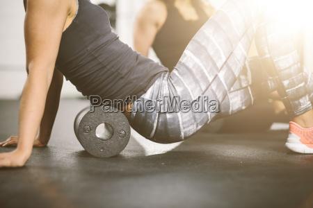 personas en el gimnasio con rodillo