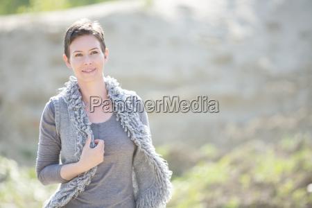 retrato de mujer sonriente vistiendo chaleco