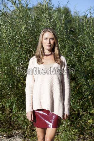atractiva mujer rubia con mini falda