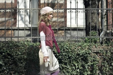 mujer joven de moda con cafe