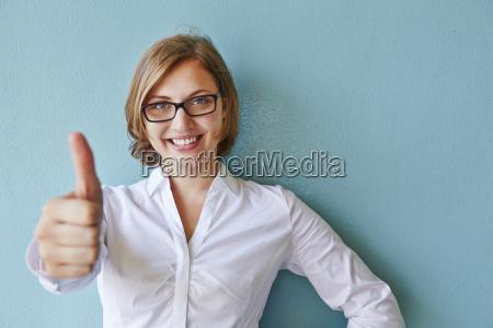 empresaria dando pulgares arriba sonriendo