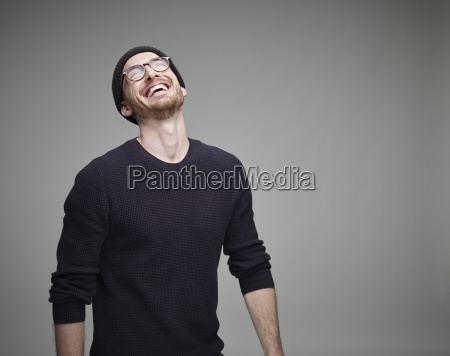 retrato del hombre riendo usando gorra