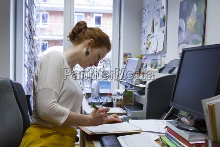 formulario de chequeo de mujer joven