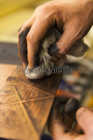 alemania baviera hombre maduro limpiando cobre