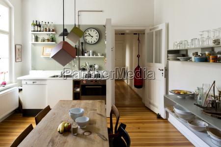 amplia cocina de piso en un