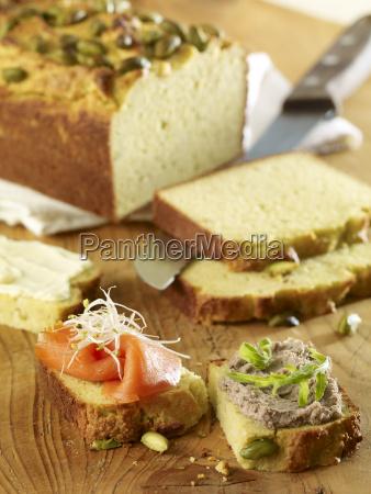 pan de aguacate con salmon ahumado