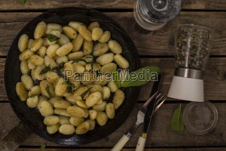 gnocchi con mantequilla y salvia en