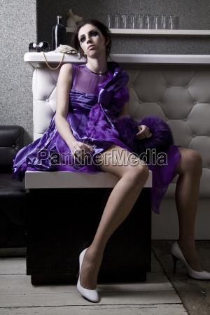 mujer joven decepcionada en vestido de