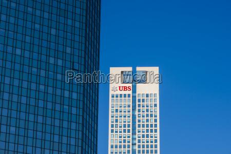 banco azul torre moderno al aire
