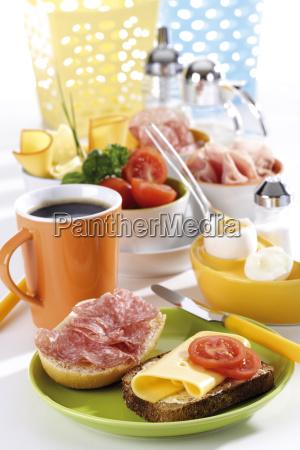 desayuno con huevo queso y salchichas