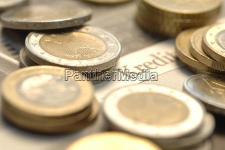 monedas de euro en el diario