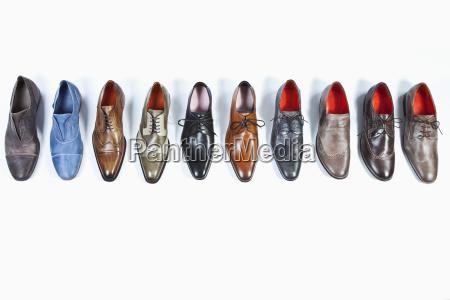 hilera de zapatos sobre fondo blanco