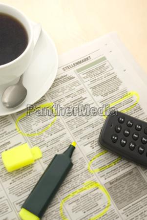 taza de cafe periodico y marcador