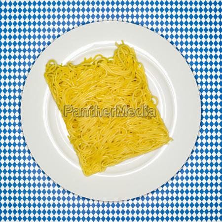 contraste frescura placa espagueti crudo italiano