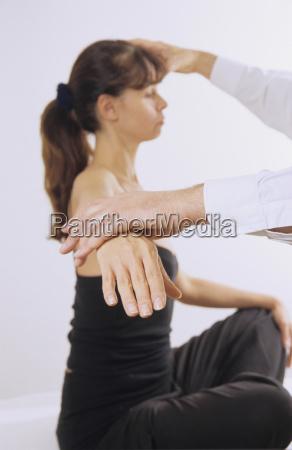 mujer bajo tratamiento medico