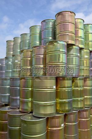 barriles metalicos apilados