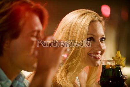 pareja joven en la barra sonriente