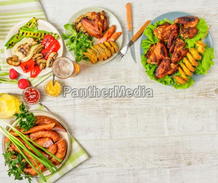 mesa de comedor con variedad de