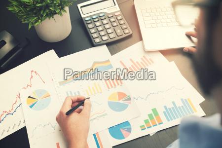 analisis de negocios hombre trabajando con
