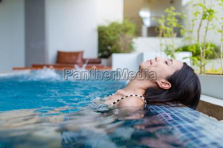 la mujer disfruta y se relaja