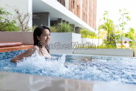mujer disfruta del jacuzzi spa en