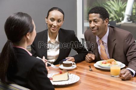 gente de negocios discutiendo durante su