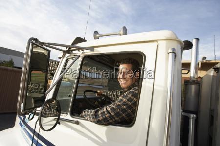 hombre maduro camion de conduccion