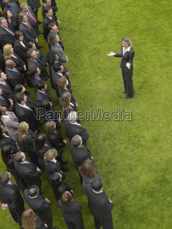 empresaria frente a grupo de ejecutivos