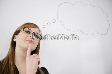 mujer joven pensando en el aumento