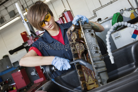 mecanico femenino joven trabajando con la