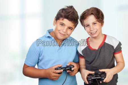 chicos felices jugando videojuegos